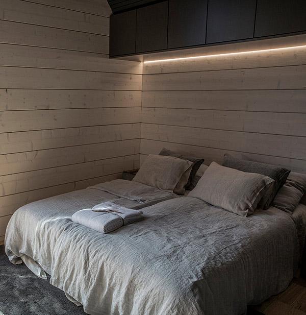 Hirsitalon makuuhuoneen valaistus.